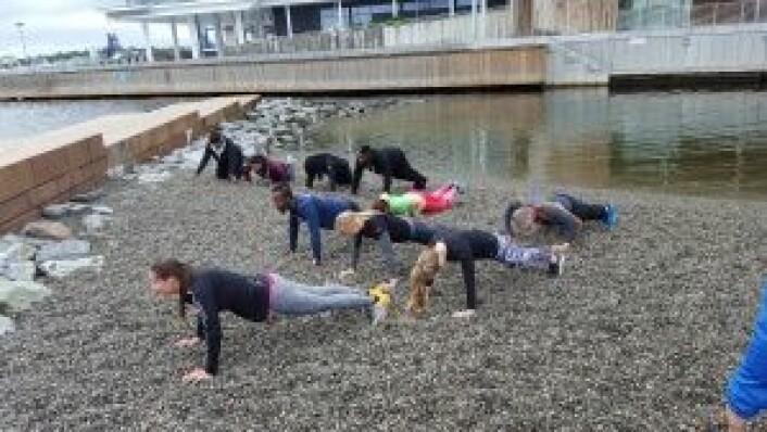 BodyChallenge prøvde også ut en treningsøkt på den lille stranda ytterst på Tjuvholmen.