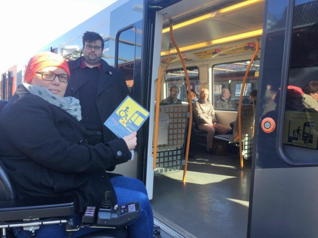 Magnhild Sørbotten og Jørgen Foss er lei av politikerne i Oslo bare klapper dem på hodet og gjør ingenting for at funksjonshemmede kan komme seg rundt i byen.