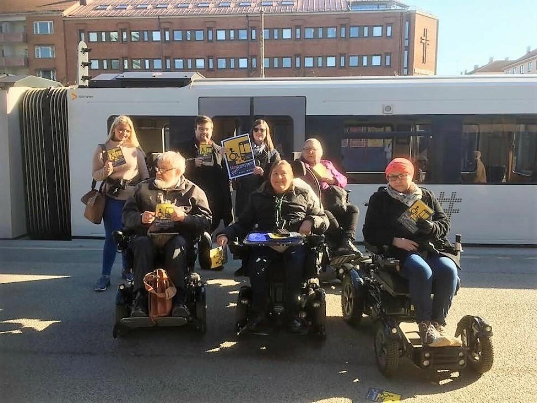 Aksjonister fra Handikapforbundet markerte i går misnøye med avstanden mellom vogn og plattform på t-banen. Foto: Handikapforbundet