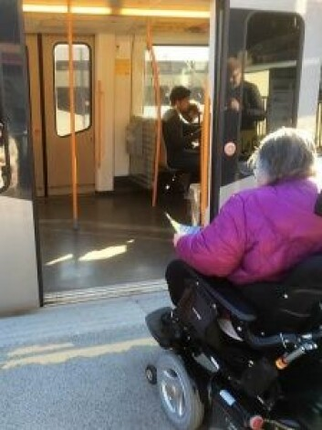 Rullestolbruker Inger Lise Kristiansen kjører inn på t-banen på Majorstua stasjon.