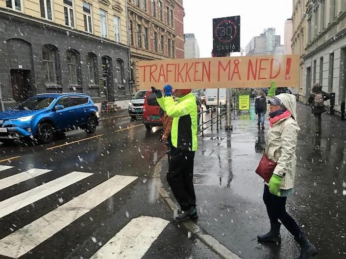 Beboere ved Løkkeveien på Ruseløkka vil ha en slutt på den farlige gjennomgangstrafikken i veien. Foto: Ruseløkke-aksjonen