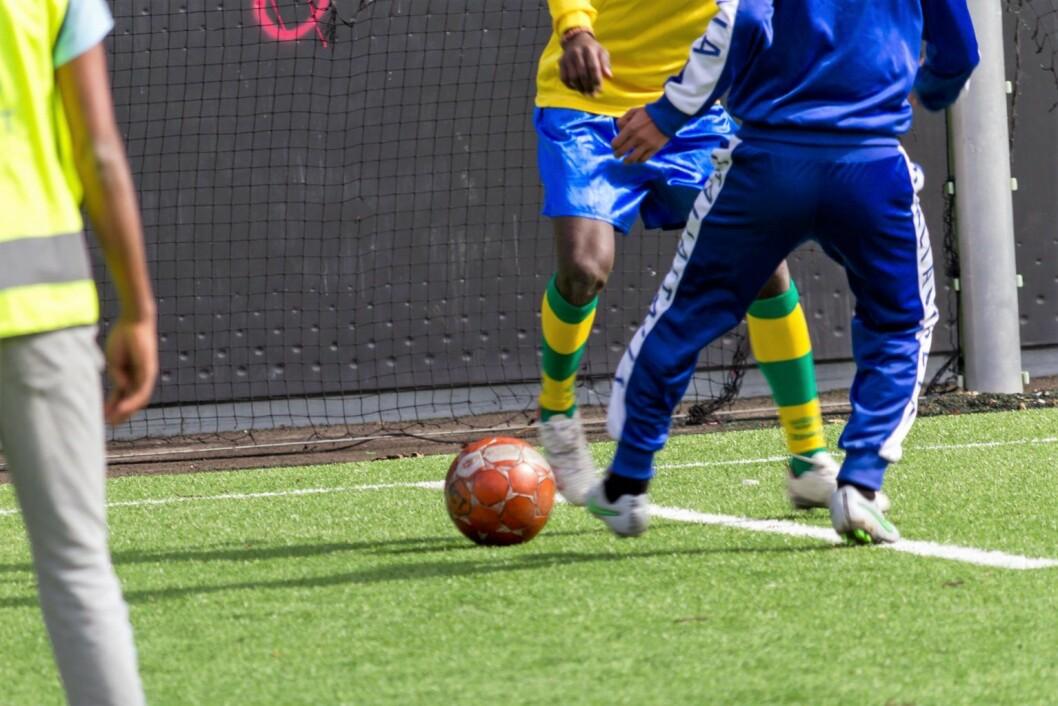 To ganger i uka kan beboerne på transittmottaket på Torshov spille fotball på Dælenenga. Det er mye fin teknikk å observere. Foto Kristijan Velkovski