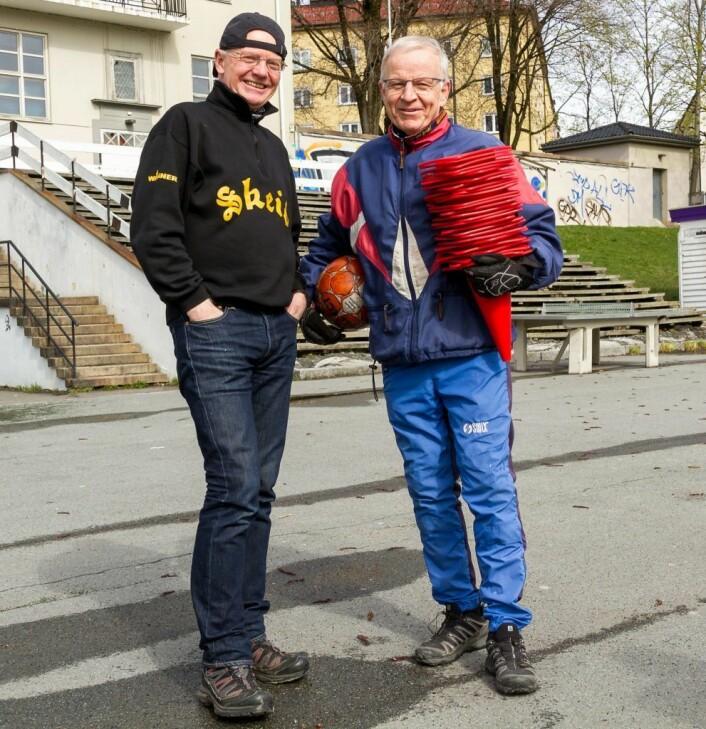 Eirik Lindahl og Tore Bakker fra Eldres avdeling i Skeid har kjent hverandre fra skoledagene på Årvoll skole. Nå organiserer de fotballtrening for asylsøkere på Dælenenga. Foto: Kristijan Velkovski