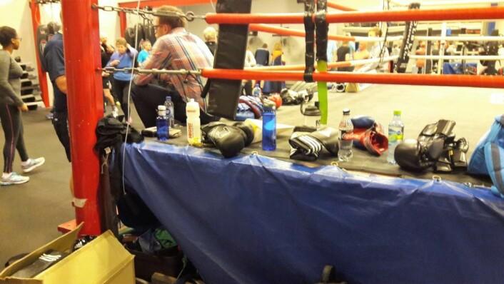 Mens deltagerne starter med oppvarmingen, ligger hanskene klare. Parkinsonboksing er ikke boksekamper, men trening. Slag mot hodet forekommer ikke. Foto: Anders Høilund