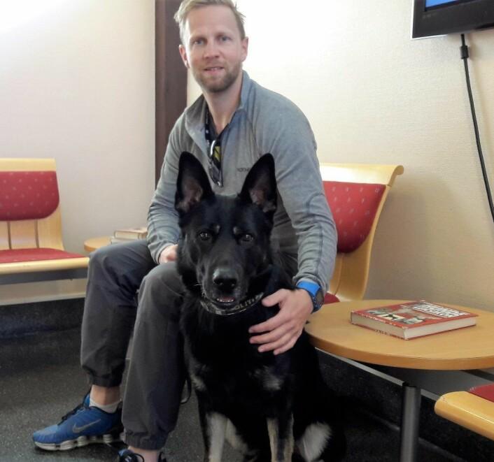 Politihunden Figo er sykemeldt etter en ryggoperasjon. Nå skal stingene tas, og Figo og kameraten Eirik sitter på venteværelset og synes tiden går ganske sakte. Foto: Anders Høilund