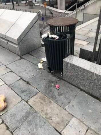 Søppel på Konserthusplassen. Foto: Marit Jensen