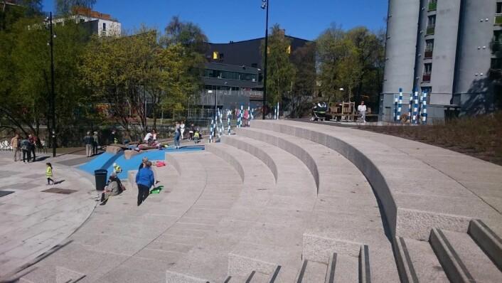 Sitteplasser mangler det heller ikke på i parken. Foto: Christian Boger