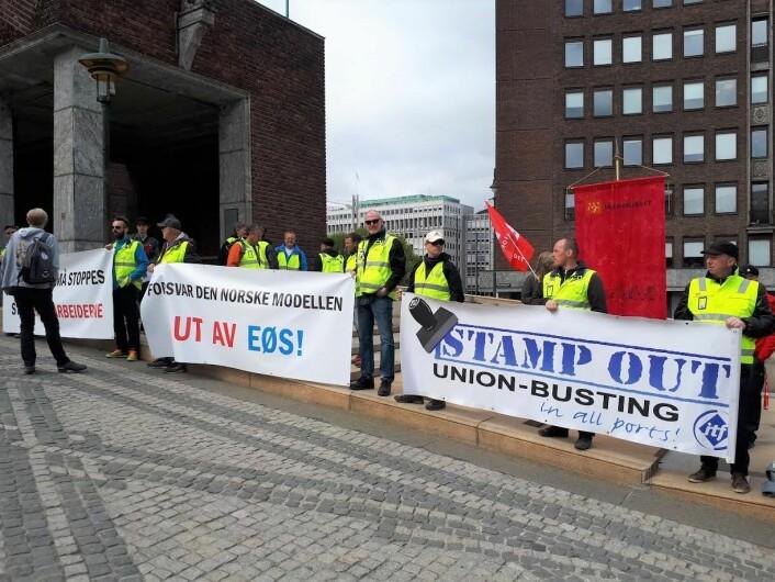 Bryggesjauere fra Oslo og store deler av landet demonstrerte tirsdag utenfor Oslo rådhus for å vise sin misnøye med byrådet og deres drift av Oslo havn. Foto: Christian Boger