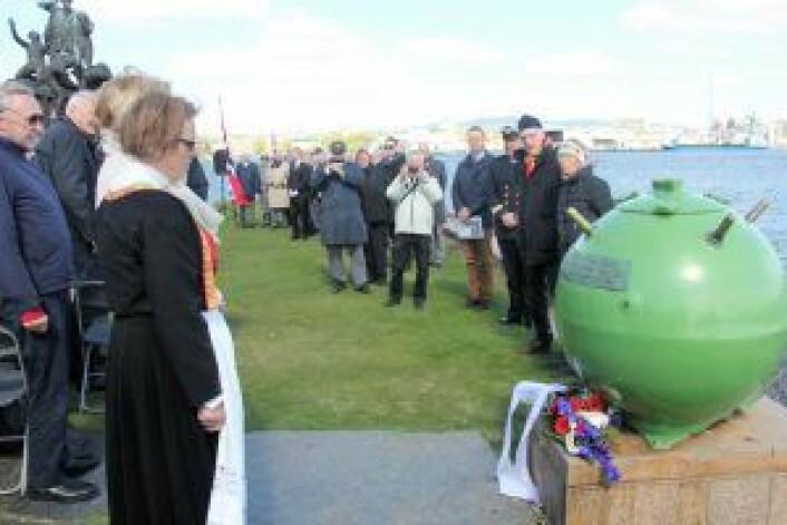 To slektninger av ofre fra første verdenskrig la ned blomster på hornminen – minnesmerke etter drepte sjøfolk i første verdenskrig. Foto: Hans Magnus Borge