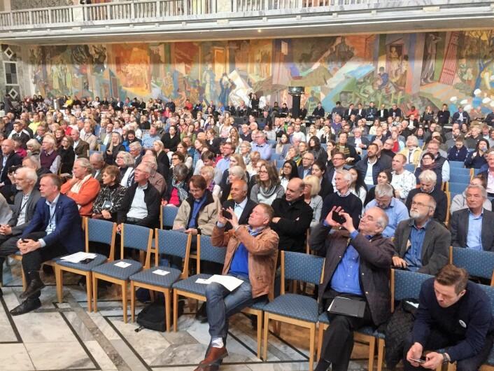 Rundt 500 mennesker var samlet under folkemøtet om ny kommuneplan i Rådhuset. Foto: Vegard Velle