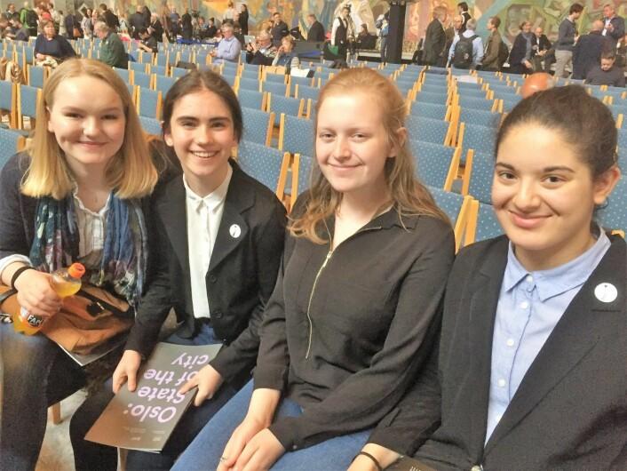 Fra venstre: Tina Kolderup Lund, Amanda Anvar, Evelina Alida og Siham Essahraoui, fra 10. klasse på Holmlia skole, var opptatt av at Oslo sør-satsingen må fortsette. Foto: Vegard Velle