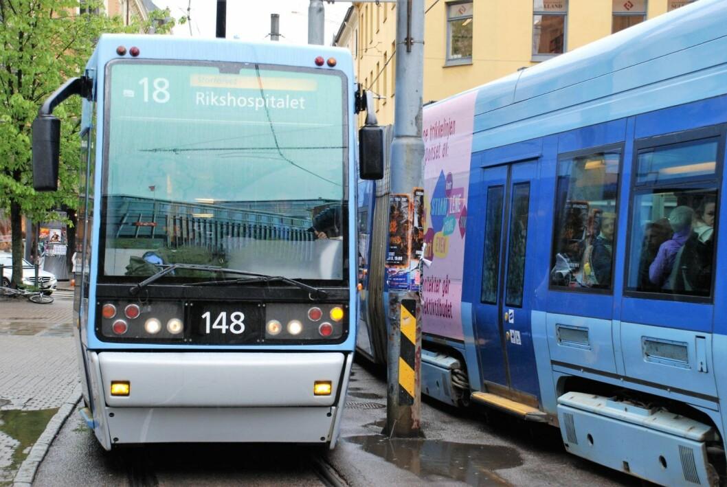 I dag er det umulig for to møtende trikker å passere hverandre ved C.J. Hambros plass uten at en av dem står stille. Foto: Arnsten Linstad