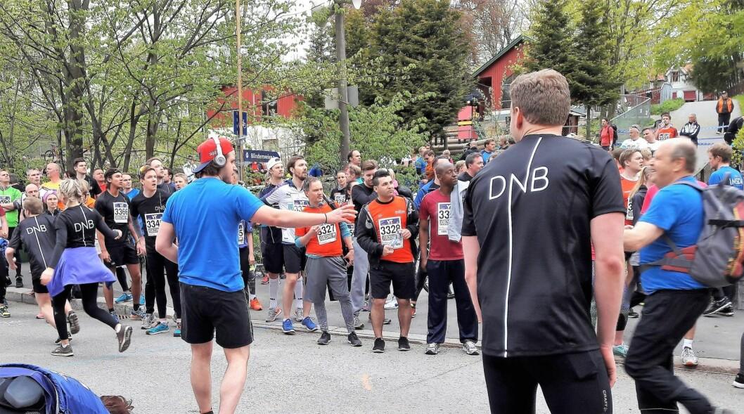 Tredje veksling: Mann med ryggsekk veksler til mann med capsen bak fram og med øretelfoner. Foto: Anders Høilund