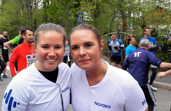 Karoline Huse og Yvonne Jahnsen fra Nordea løste problemet med manglende løper ved å putte nummeret på en tilskuer. Foto: Anders Høilund