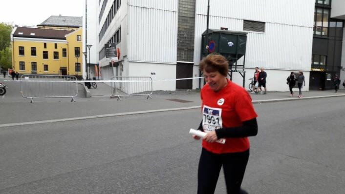 Ordfører Marianne Borgen tok sin tørn og løp siste etappe for Oslo SV. �Ikke bare er Holmenkollstafetten en fantastisk mønstring for folkehelsa, det er dessuten en hyllest til samarbeid og lagånd langt utenfor idrettens grenser, sier Borgen. Foto: Anders Høilund