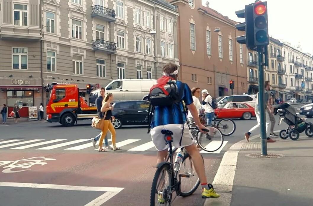 Syklist, gående og bilister på St. Hanshaugen i Oslo. Foto: Sykkelprosjektet / Youtube