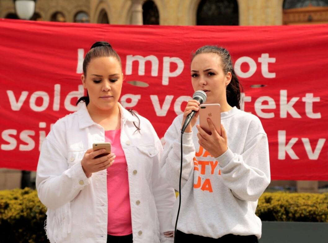 Andrea Voldum fra Hemsedal-saken (t.h.) og June Holm, som ble voldtatt som 18-åring, holdt appell. Foto: Ka Man Mak