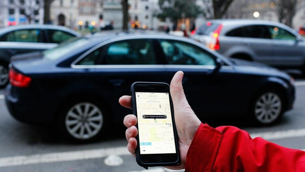 Man bestiller en Uber-bil med selskapets mobilapp. Foto: Mark Warner / Flickr