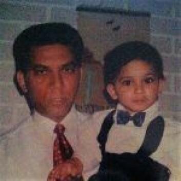 Pappa Akhtar Chaudry holder Rahman Akhtar Chaudhry i armene. Foto: Privat