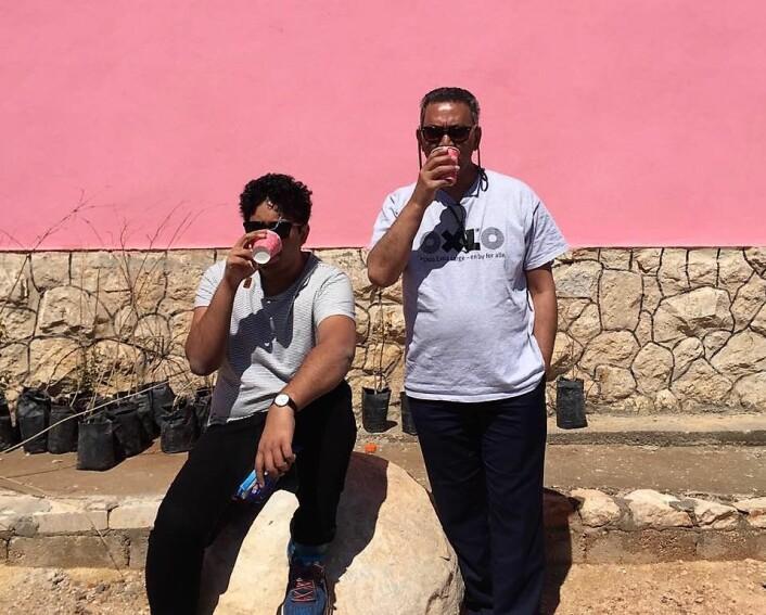 Rahman Akhtar Chaudhry og pappa Akhtar Chaudry i Jordan. Foto: Privat