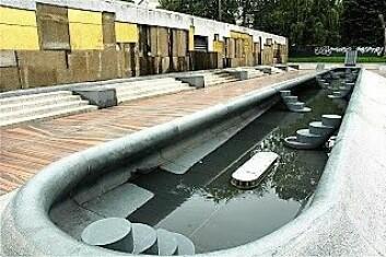 Dette bassenget er en av installasjonene som vil nyte godt av gjenåpningen av Hovinbekken gjennom parken. Foto: Bjørn Bratten