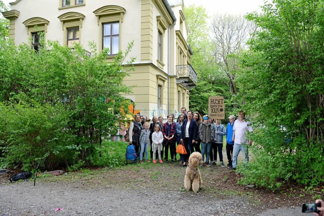 Beboere rundt Stensparken engasjerer seg for at den gamle presteboligen rustes opp. Foto: Trond Løkke