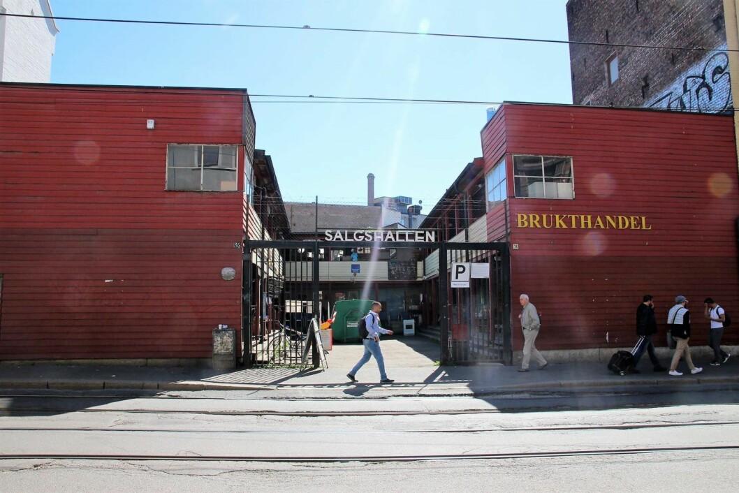 Prindsen Hage ligger i bakgården bak brukthandelen. Her sett fra Storgata. Foto: Yasmin Sfrintzeris