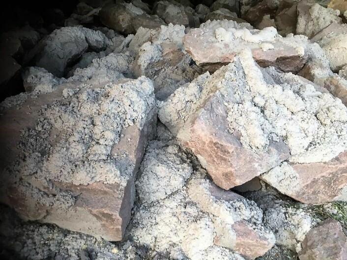 Vegvesenet har sprøytet sement mellom steinene, slik at de skal bli umulige å flytte. Foto: Karl Eldar Evang