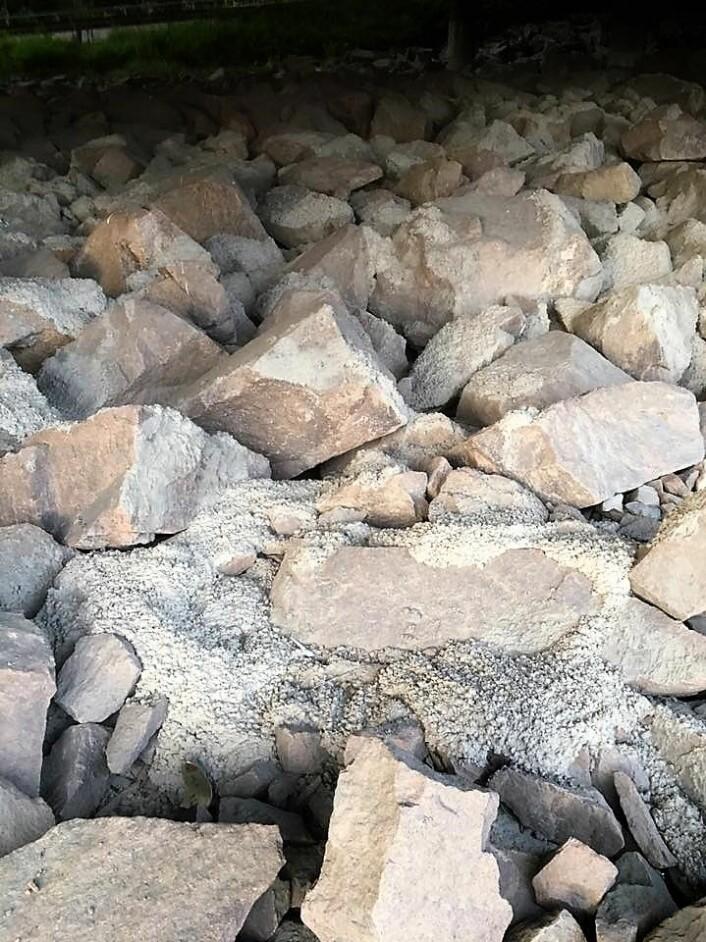 Sement mellom steinene under Sinsenkrysset. Foto: Karl Eldar Evang