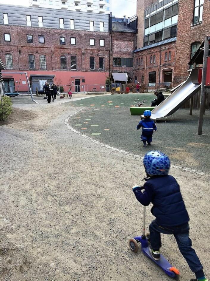 Barn leker i Ringnes park, rett ved den nye puben RIngnes bryggeri ønsker seg. Foto: Marianne Husum