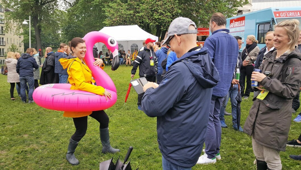 Oppblåsbart badedyr in action på Oslo Colors-festivalen. Foto: Tarjei Kidd Olsen