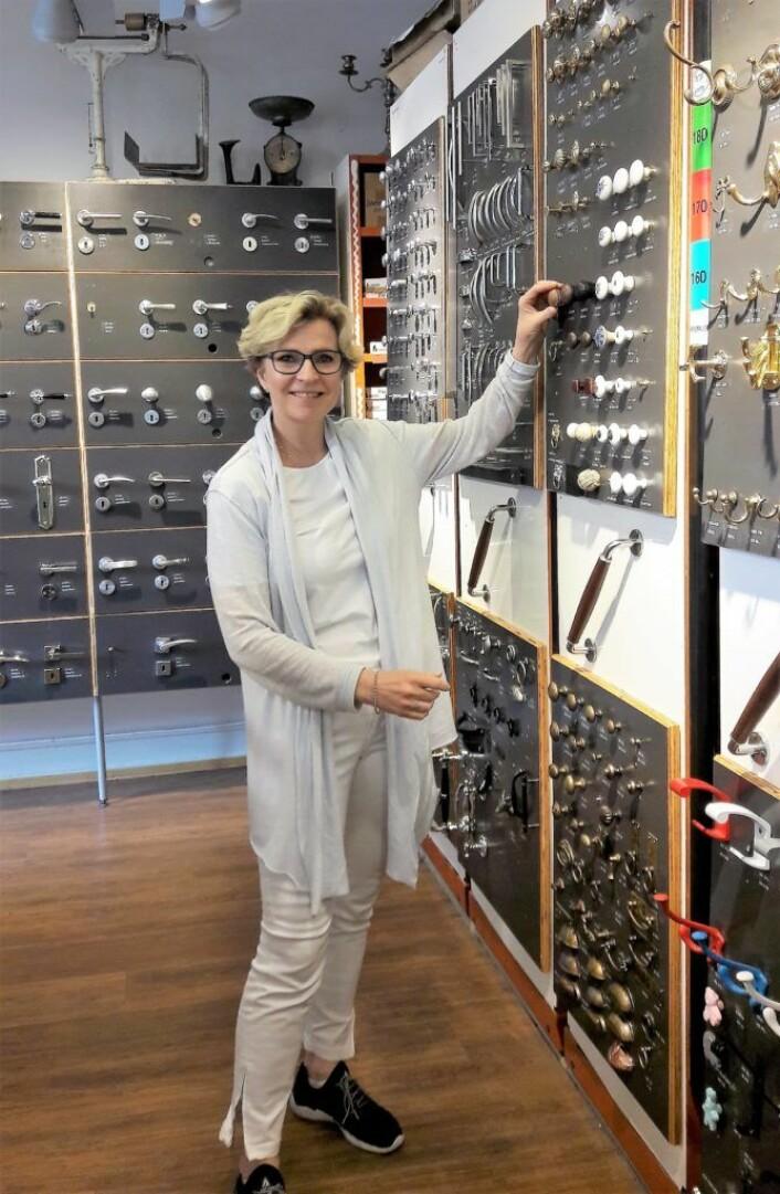 Nina Reinung viser fram dørvridere og knotter i butikken som spesialiserer seg på å ha et bredest mulig vareutvalg. Foto: Anders Høilund