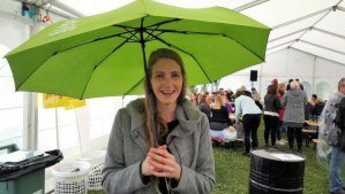 Festivalgjenger Anna Lena Friess, som er stor fan av både paraplyer (også innendørs) og oppblåsbare badedyr. Foto: Tarjei Kidd Olsen