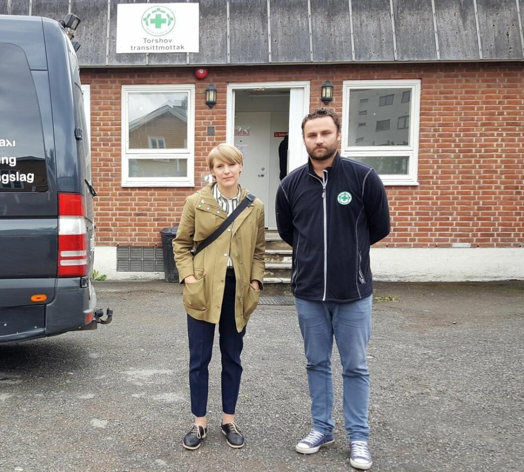 SVs Kari Elisabeth Kaski og fungerende mottaksleder Edin Krajisnik er svært kritiske til at Torshov transittmottak skal legges ned. Foto: Tarjei Kidd Olsen
