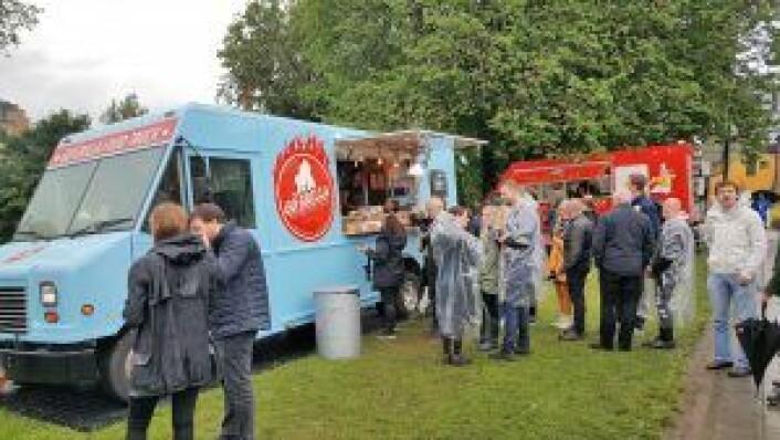 Hilde Dahl var ikke den eneste som satte pris på den lokale maten man fikk fra foodtruckene på festivalen. Foto: Tarjei Kidd Olsen