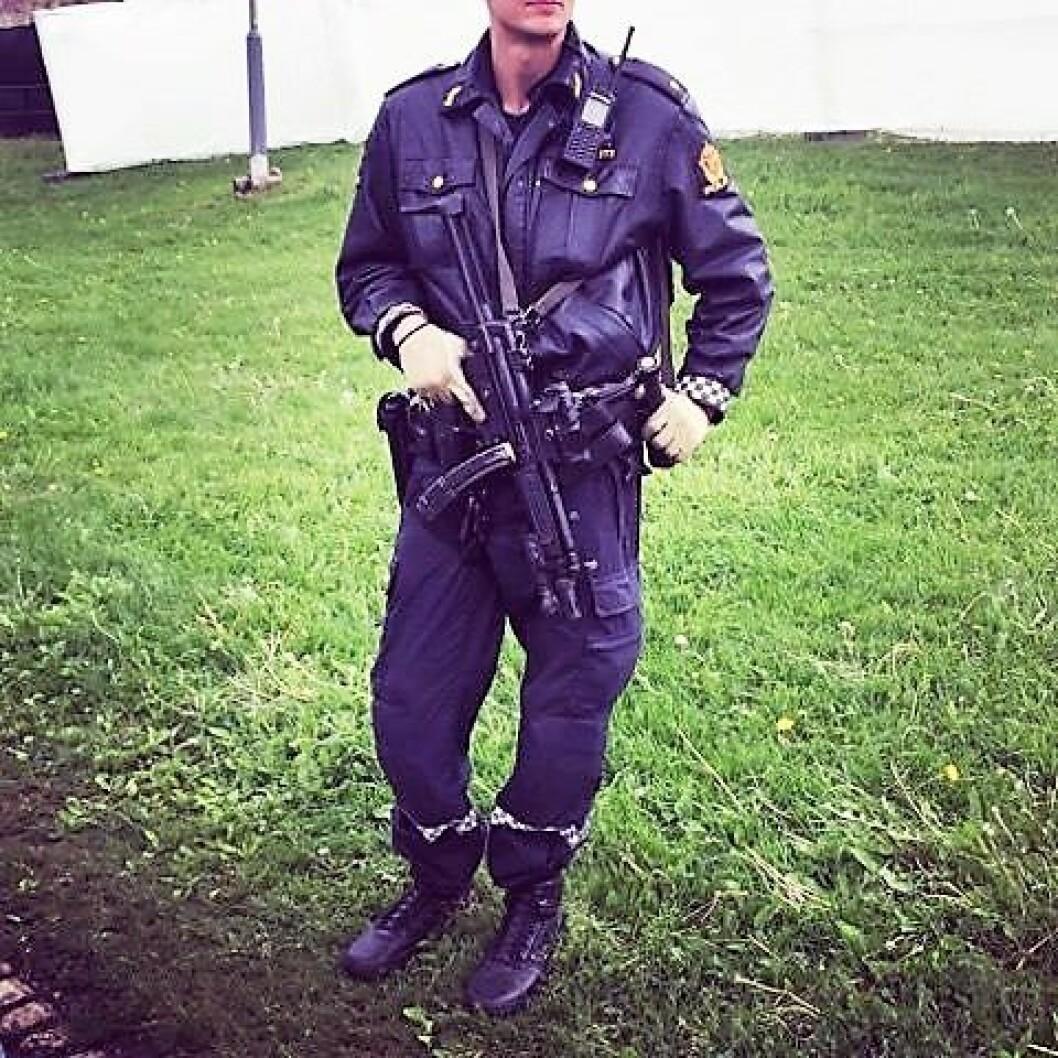 Bevæpnet politi på Miniøya. Foto: Irene Kosberg Skagestad