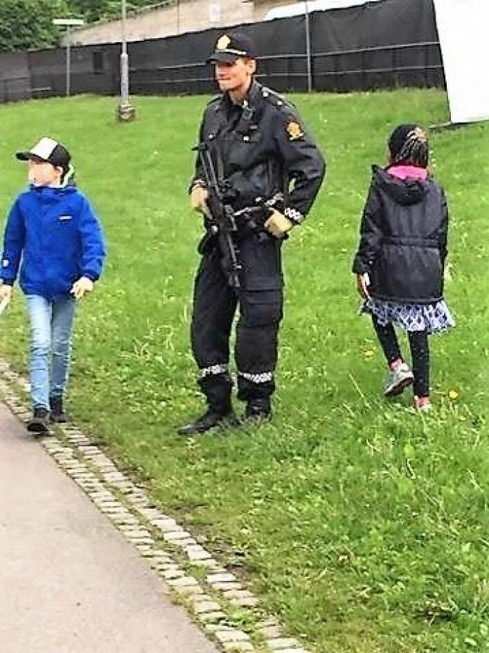 Fullt synlig på barnefestivalen Miniøya, sto bevæpnet politi. Foto: Irene Kosberg Skagestad