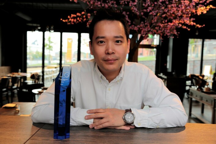 Hung Duong, mannen bak Hakkaiza restaurant, med Luxury Travel Guide Award trofé foran seg. Foto: Ka Man Mak