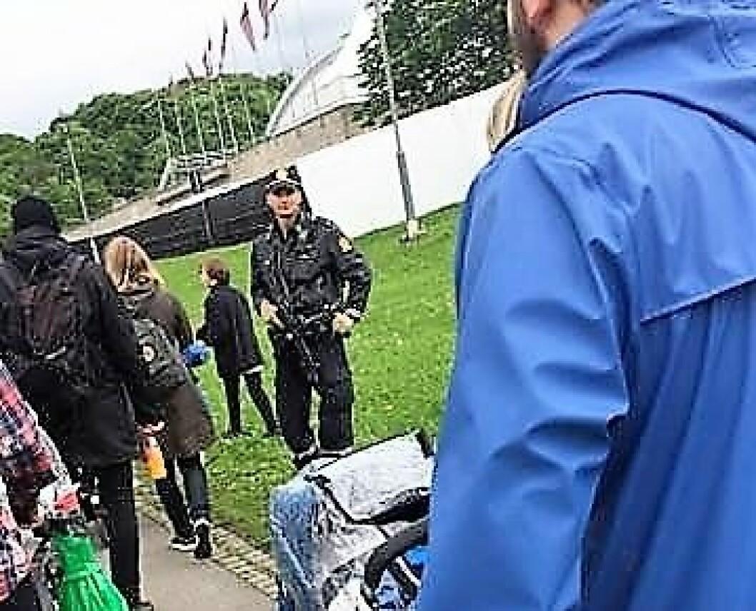 Politi med maskingevær på Miniøya. Foto: Irene Skagestad