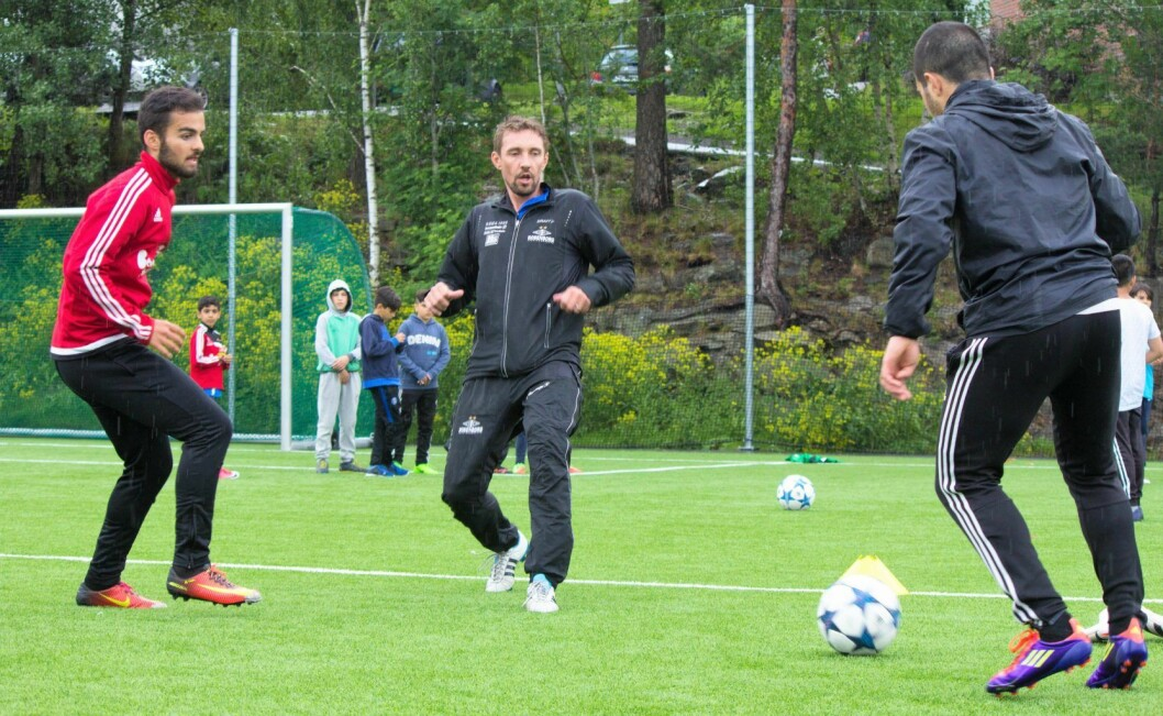 Vidar Riseth (midten) i aksjon på Holmlia på tirsdag. Foto: Henning Grøtterud Stensen/Søndre Nordstrand SV