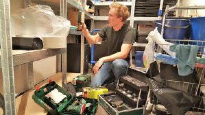 Oddvar Thorsen viser frem noen av de mange rare verktøyene som finnes på bibliotekets lagerrom. Foto: Tarjei Kidd Olsen