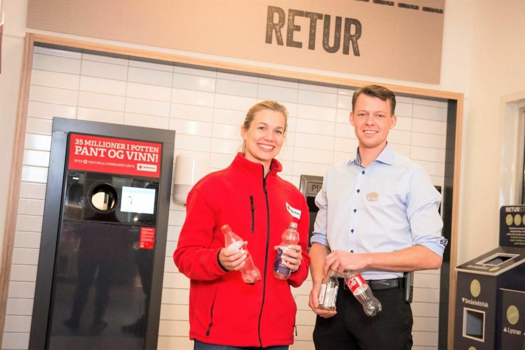 Butikksjef Martin Sande Stensrud hos Meny Ringnes Park og Ane Sunde i Oslo Røde Kors gleder seg over en ny pantemillionær i Pantelotteriet. Foto: Katrine Lunke