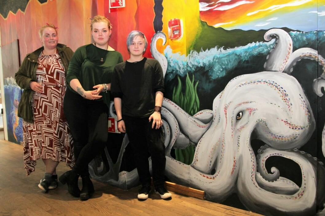 De tre kunstnerne  Jenny, Camilla og Christian, har malt på oppdrag fra Bane Nor, som eier Oslo S. Foto: Kirkens Bymisjon