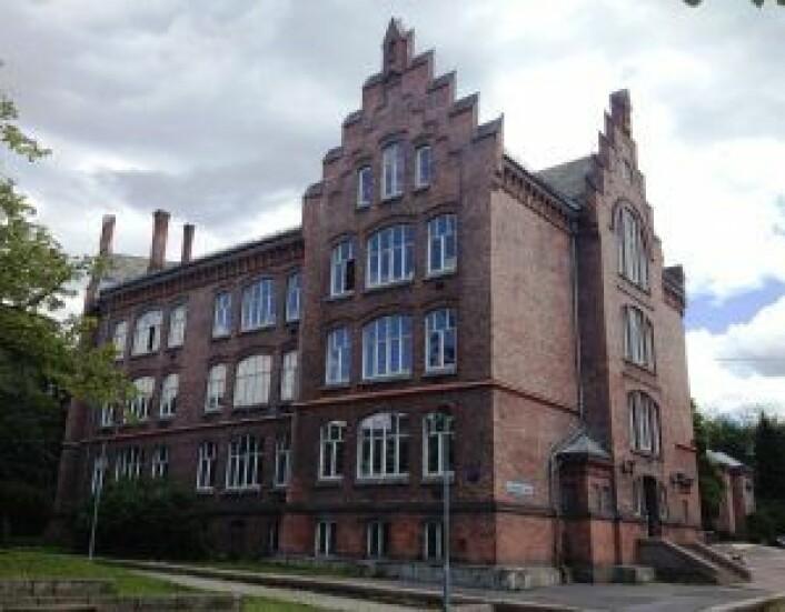 FAU på Lakkegata skole (bildet) skal få 900 000 kroner ekstra til skatehallen de vil lage. Foto: Kimsaka, via Wikimedia Commons