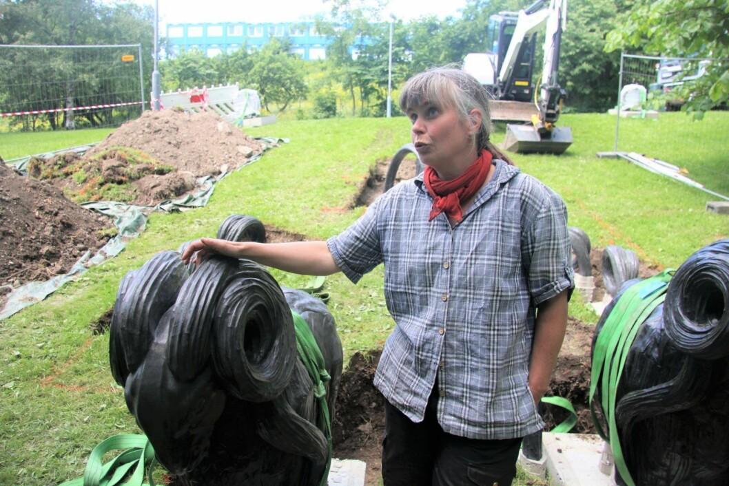 Kunstner Anna Widén ved hennes statue Tors bukker. Foto: Kulturetaten