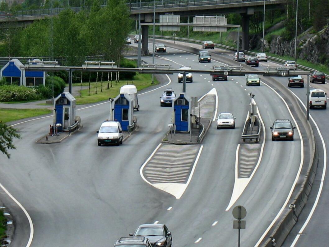 Folk fra Akerhus pendler gjennom bomringen med høye satser. Nå må også pendlernes hjemfylke ut med eiendomsskatt til Oslo. Foto: Wikimedia Commons