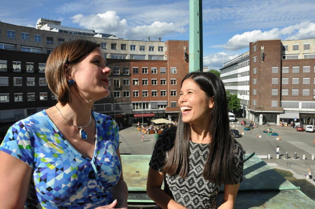 Miljøbyråd Lan Marie Nguyen Berg (MDG) og byutviklingsbyråd Hanna E. Marcussen (MDG) kunne smile lettet fra taket utenfor rådhusets vestre tårn da bystyret vedtok planene om bilfritt sentrum. Foto: Arnsten Linstad