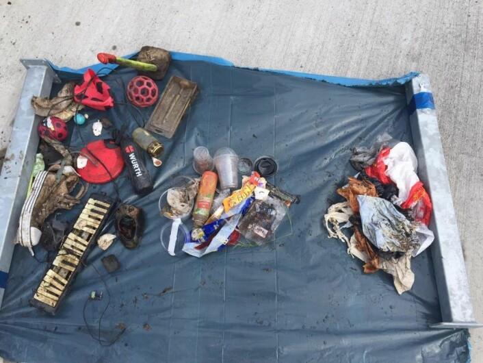 Litt av hvert å velge i fra det som ble funnet på elvebunnen. Foto: Elisabeth Tobiassen Faane