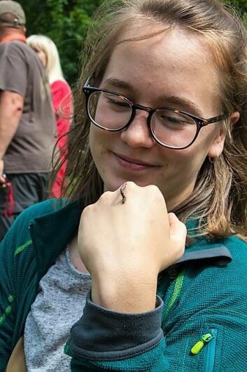Helene Lind Jensen i Sabima arbeider som koordinator for prosjektet Biomangfold i by. Her har en liten måler slått seg ned på hånden hennes. Foto: Per Ove Dahl
