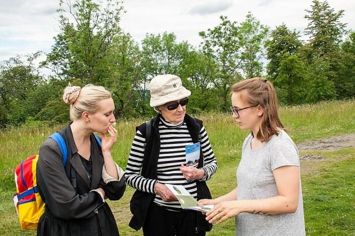 En av Jensens oppgaver er å informere om artsmangfoldet. Her får Lingen Heimbeck og barnebarnet Thea Grepperud vite mer om dyre- og plantelivet på Hovedøya. Foto: Per Ove Dahl
